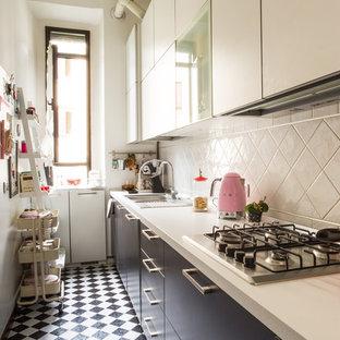 Immagine di una piccola cucina a L scandinava chiusa con ante lisce, paraspruzzi bianco, elettrodomestici da incasso, pavimento con piastrelle in ceramica, nessuna isola e pavimento multicolore