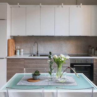 Foto di una piccola cucina scandinava con lavello sottopiano, ante lisce, ante bianche, paraspruzzi grigio, paraspruzzi con piastrelle in ceramica, elettrodomestici in acciaio inossidabile e nessuna isola