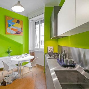 Idéer för mellanstora funkis linjära kök och matrum, med en integrerad diskho, släta luckor, skåp i rostfritt stål, bänkskiva i rostfritt stål och stänkskydd med metallisk yta