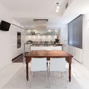 Idee per una grande cucina minimal con lavello integrato, ante lisce, ante bianche, top in acciaio inossidabile, paraspruzzi a effetto metallico, paraspruzzi con piastrelle di metallo, elettrodomestici in acciaio inossidabile, pavimento in marmo e isola