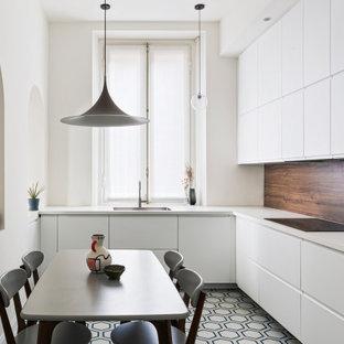 Immagine di una cucina a L design di medie dimensioni con ante bianche, pavimento in cementine, top bianco, lavello sottopiano, ante lisce, paraspruzzi marrone, paraspruzzi in legno, elettrodomestici da incasso, nessuna isola e pavimento multicolore