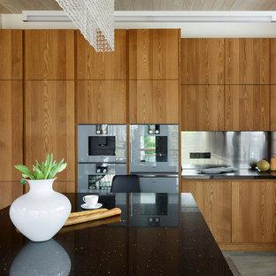 Idee per un cucina con isola centrale moderno con top in quarzite, paraspruzzi a effetto metallico, paraspruzzi con piastrelle di metallo, top nero e ante in legno scuro