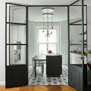 Foto di una cucina abitabile design di medie dimensioni con pavimento con piastrelle in ceramica e pavimento multicolore