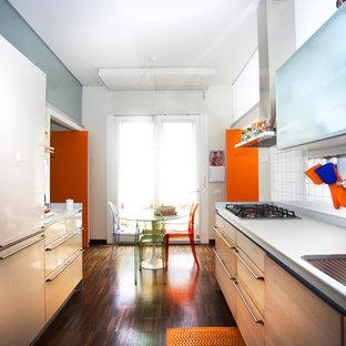 Idee per una cucina lineare contemporanea chiusa e di medie dimensioni con lavello da incasso, ante lisce, paraspruzzi bianco, paraspruzzi con piastrelle in ceramica, parquet scuro e nessuna isola