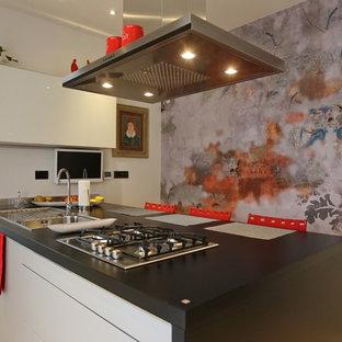 Idee per una cucina a corridoio bohémian chiusa con lavello a vasca singola, ante lisce, ante nere e una penisola