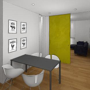 Imagen de cocina comedor en L y bandeja, moderna, de tamaño medio, con puertas de armario blancas, salpicadero verde, electrodomésticos de acero inoxidable, suelo de madera clara y encimeras grises