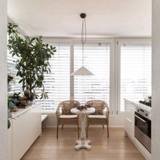 Ispirazione per una piccola cucina ad ambiente unico design con parquet chiaro
