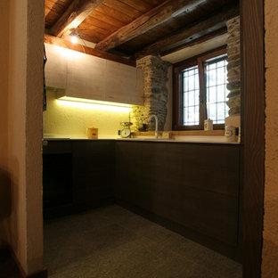 トゥーリンの中サイズのラスティックスタイルのおしゃれなキッチン (ドロップインシンク、フラットパネル扉のキャビネット、濃色木目調キャビネット、セラミックタイルの床、アイランドなし、白いキッチンパネル、白い調理設備) の写真