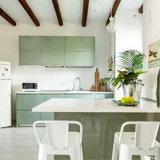 Esempio di una cucina design con lavello da incasso, ante lisce, ante verdi, paraspruzzi bianco, elettrodomestici bianchi, parquet chiaro, penisola e top bianco