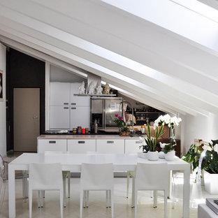 Immagine di una cucina scandinava con ante lisce, ante bianche, elettrodomestici in acciaio inossidabile, pavimento in legno verniciato, isola e pavimento beige