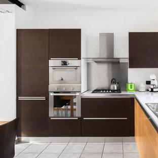 Idee per una cucina minimal di medie dimensioni con lavello da incasso, ante lisce, ante marroni, paraspruzzi a effetto metallico, elettrodomestici in acciaio inossidabile, pavimento in gres porcellanato, nessuna isola, pavimento grigio e top bianco