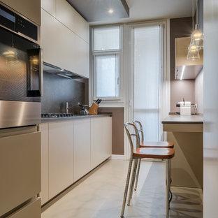 Esempio di una cucina contemporanea di medie dimensioni con ante lisce, ante beige, paraspruzzi nero, elettrodomestici in acciaio inossidabile, nessuna isola e pavimento beige