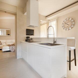 Foto di una cucina contemporanea di medie dimensioni con lavello da incasso, ante lisce, ante bianche, top in legno, paraspruzzi bianco, parquet chiaro e penisola