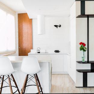 Idee per una piccola cucina abitabile minimal con ante bianche, paraspruzzi bianco, elettrodomestici bianchi, pavimento nero e top bianco