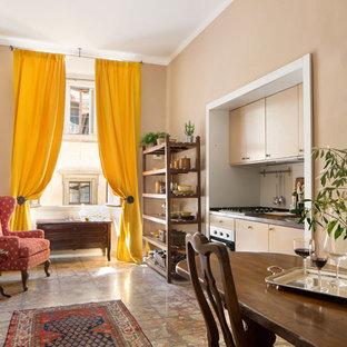 Пример оригинального дизайна: маленькая линейная кухня в классическом стиле с обеденным столом, плоскими фасадами, белым фартуком, мраморным полом и оранжевым полом