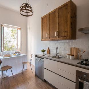 Esempio di una piccola cucina country con ante con riquadro incassato, lavello da incasso, paraspruzzi bianco, paraspruzzi con piastrelle in ceramica, elettrodomestici in acciaio inossidabile e parquet chiaro