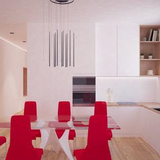 他の地域の中サイズのコンテンポラリースタイルのおしゃれなキッチン (フラットパネル扉のキャビネット、白いキャビネット、木材カウンター、無垢フローリング、アイランドなし) の写真