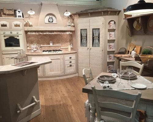 Cucina shabby-chic style con top in pietra calcarea - Foto e Idee ...