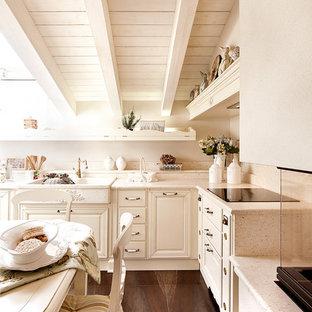 Idee per una cucina abitabile tradizionale con lavello stile country, ante con bugna sagomata, ante beige, paraspruzzi beige, nessuna isola, pavimento marrone e top beige