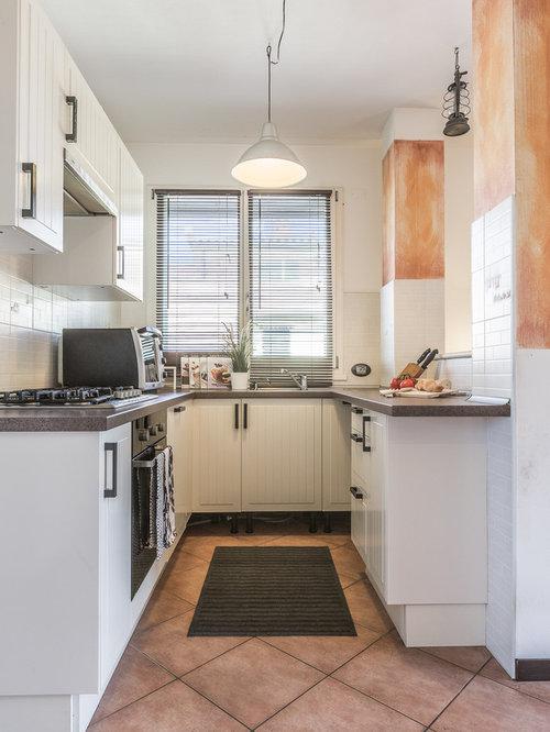 Cucina con top in granito e pavimento con piastrelle in ceramica ...