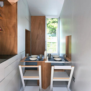 Ispirazione per una cucina design con ante lisce e ante bianche