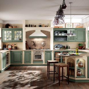 他の地域の中サイズのトラディショナルスタイルのおしゃれなキッチン (落し込みパネル扉のキャビネット、緑のキャビネット、タイルカウンター、白い調理設備、ベージュのキッチンカウンター) の写真