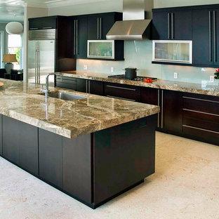 Idee per una cucina minimal con ante lisce, ante in legno scuro, top in marmo, paraspruzzi bianco, pavimento in marmo, penisola, lavello sottopiano, paraspruzzi con lastra di vetro, elettrodomestici in acciaio inossidabile, pavimento beige e top marrone