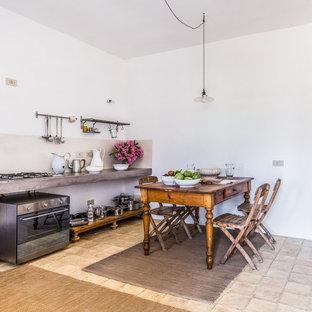 Einzeilige Mediterrane Küche mit offenen Schränken, Küchenrückwand in Grau, Küchengeräten aus Edelstahl und grauer Arbeitsplatte in Sonstige