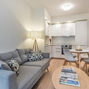 Immagine di una piccola cucina abitabile nordica con pavimento marrone