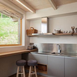 Cucina moderna con pavimento in legno massello medio : Foto e Idee ...