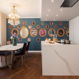 Idee per una cucina bohémian con ante lisce, ante bianche, parquet scuro, penisola, pavimento marrone e top bianco