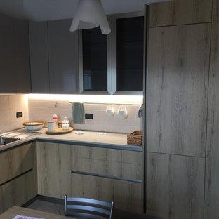 他の地域の広いモダンスタイルのおしゃれなキッチン (ダブルシンク、フラットパネル扉のキャビネット、淡色木目調キャビネット、ラミネートカウンター、白いキッチンパネル、セラミックタイルのキッチンパネル、シルバーの調理設備、セラミックタイルの床、アイランドなし、ピンクの床、グレーのキッチンカウンター) の写真