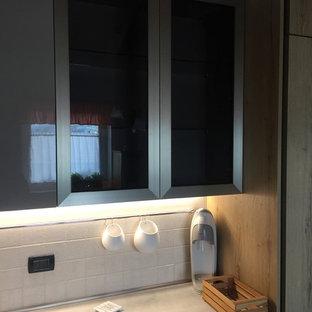 他の地域の大きいモダンスタイルのおしゃれなキッチン (ダブルシンク、フラットパネル扉のキャビネット、淡色木目調キャビネット、ラミネートカウンター、白いキッチンパネル、セラミックタイルのキッチンパネル、シルバーの調理設備の、セラミックタイルの床、アイランドなし、ピンクの床、グレーのキッチンカウンター) の写真