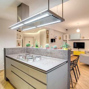 Moderne Küche mit flächenbündigen Schrankfronten, Arbeitsplatte aus Terrazzo, Küchenrückwand in Grau, hellem Holzboden und Kücheninsel in Rom