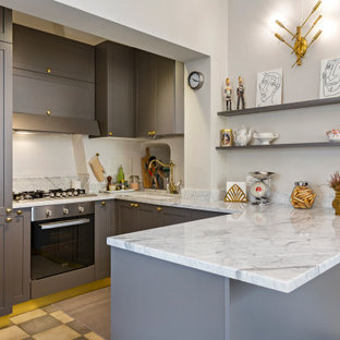 Idee per una piccola cucina tradizionale con lavello sottopiano, ante grigie, elettrodomestici in acciaio inossidabile, penisola, pavimento grigio, top grigio, ante con riquadro incassato, top in marmo, paraspruzzi grigio, paraspruzzi in marmo, pavimento in cementine e soffitto a volta