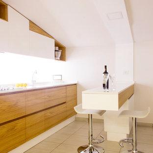 Esempio di una cucina lineare minimalista con ante lisce, ante in legno scuro, top bianco, lavello a doppia vasca, penisola e pavimento beige