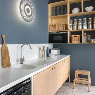Idee per una cucina lineare design con nessun'anta, ante in legno chiaro, elettrodomestici neri, pavimento bianco, top bianco, paraspruzzi bianco e lavello integrato