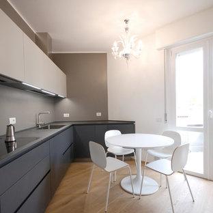 Idee per una cucina contemporanea con lavello da incasso, ante lisce, ante grigie, paraspruzzi grigio, parquet chiaro, pavimento beige e top grigio
