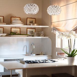 Einzeilige, Mittelgroße Moderne Wohnküche mit Doppelwaschbecken, flächenbündigen Schrankfronten, weißen Schränken, Quarzwerkstein-Arbeitsplatte, Küchengeräten aus Edelstahl, Terrazzo-Boden und Kücheninsel in Venedig