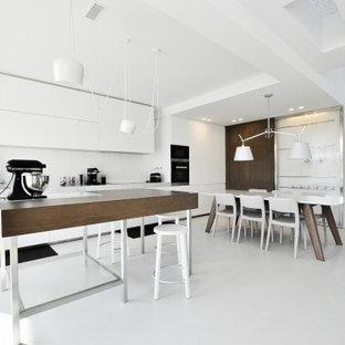 Idee per una cucina abitabile minimal con ante lisce, ante bianche, paraspruzzi bianco, isola, pavimento bianco e top bianco
