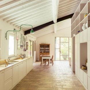 Esempio di una cucina lineare country con ante lisce e elettrodomestici in acciaio inossidabile