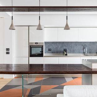Foto di una cucina parallela minimal con lavello a doppia vasca, ante lisce, ante bianche, paraspruzzi grigio, penisola, pavimento multicolore e top grigio