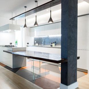 Esempio di una cucina contemporanea con ante bianche, paraspruzzi grigio, penisola, top grigio, lavello da incasso, ante lisce, top in legno e pavimento multicolore