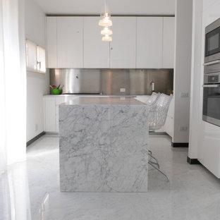 Idee per una grande cucina minimal con ante lisce, ante bianche, top in marmo, paraspruzzi a effetto metallico, paraspruzzi con piastrelle di metallo, elettrodomestici in acciaio inossidabile, pavimento in marmo e isola