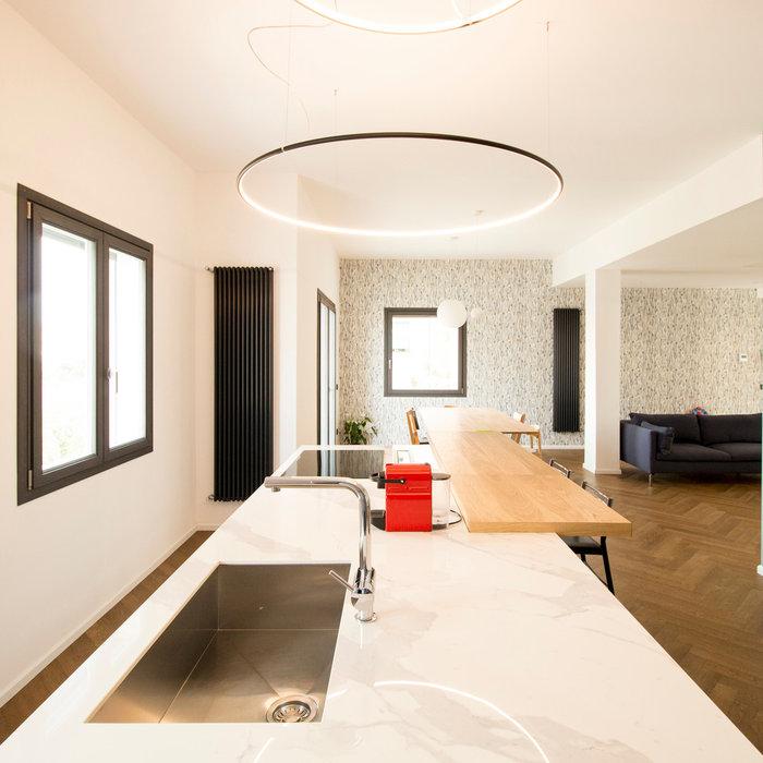 Ispirazione per una grande cucina design con lavello sottopiano, ante di vetro, ante grigie, top in quarzo composito, pavimento in cementine, pavimento multicolore e top bianco