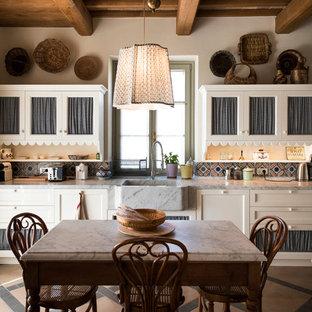 Foto di una cucina in campagna con lavello stile country, ante a filo, ante beige, top in marmo, paraspruzzi multicolore e paraspruzzi con piastrelle in ceramica