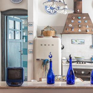 Immagine di una piccola cucina costiera con top piastrellato, paraspruzzi bianco, elettrodomestici bianchi, top bianco, lavello a doppia vasca, nessun'anta, nessuna isola e pavimento marrone
