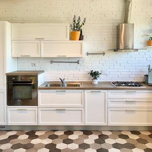 Idee per una cucina classica con ante bianche, top in laminato, pavimento in gres porcellanato e top marrone