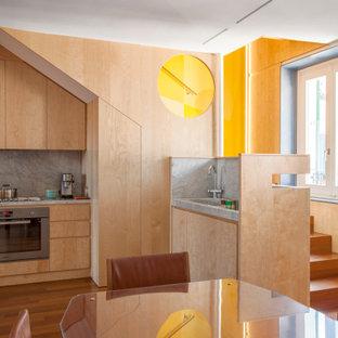Foto di una grande cucina design con lavello integrato, ante lisce, ante in legno chiaro, top in marmo, paraspruzzi grigio, paraspruzzi in marmo, elettrodomestici in acciaio inossidabile, parquet scuro, top grigio, penisola e pavimento marrone