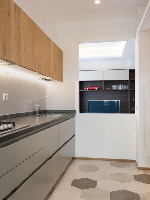 Cucina a corridoio con ante in legno scuro - Foto e Idee per ...